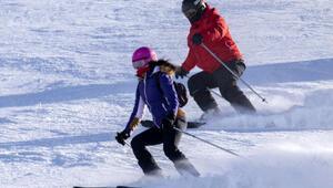 Turistlerin Palandökenin dik ve uzun pistlerindeki kayak keyfi nefes kesiyor