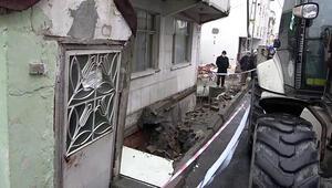 Arnavutköy'de kaldırım çöktü, bir bina boşaltılarak mühürlendi