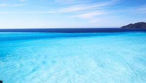 Rengi turkuaza dönen deniz görenleri şaşırttı