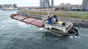 Zeytinburnunda karaya oturan gemi kurtarılmayı bekliyor