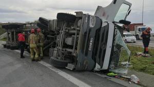 Hafriyat kamyonu yan yattı, tonlarca ağırlığında demir yol kenarına saçıldı
