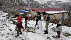 Jandarma, çocukların kar sevincine ortak oldu