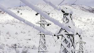 Elektrik arızasını gidermek için paletli araçlarla karlı tepeleri aşıyorlar