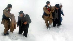 Kar ve tipide donma tehlikesi geçiren kişinin yardımına Mehmetçik koştu