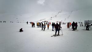 Bingölde karla kaplı Hesarek Kayak Merkezine yoğun ilgi