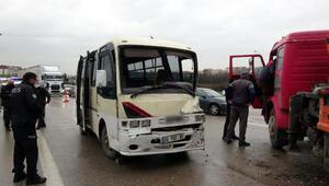 Otobanda ters yöne giren vinç midibüse çarptı, 5 kilometre araç kuyruğu oluştu