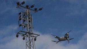 Paletli araçlarla karlı dağları aşıp, dronla tespit ettikleri arızaları gideriyorlar