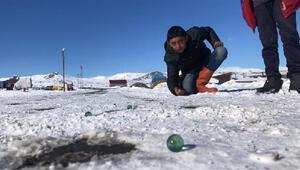 Çocukların karda misket eğlencesi