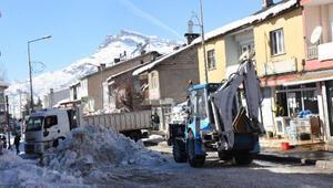Beytüşşebap'ta günde 250 ton kar, 4 kamyonla ilçe dışına taşınıyor