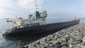Zeytinburnunda karaya oturan gemide dalgıçlar, görüntü alarak inceleme yaptı