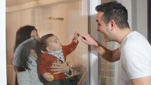 Camın arkasından sevdiği bebeğiyle birlikte koronayı yenen doktor: Hala tedirgin oluyorum