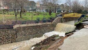 İzmirde yoğun sağanak Bornova Deresinin istinat duvarı yıkıldı