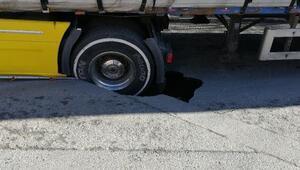 Bağcılarda yol çöktü, iplik yüklü TIR mahsur kaldı