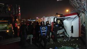 Bağcılarda devrilen tırdaki iki kişi yaralandı