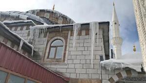 Karlıovada cami çatısında 2 metrelik buz sarkıtları