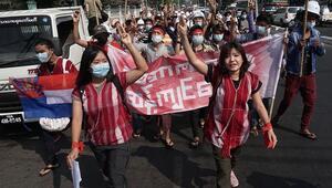 Myanmarda halk darbeyi protesto için sokaklara çıktı