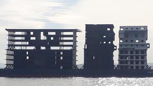 Çanakkale Boğazından apartman görünümlü platform geçti