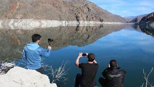 Baraj gölünün suları çekildi, kayalıklarda ilginç görüntüler oluştu