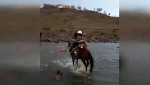 Fırtınada hasar gören iletim hatlarını onarmak için at ile yol gidiyorlar