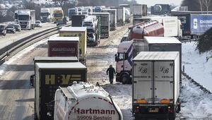Almanya kara teslim oldu... Araçlar sabaha kadar yolda bekledi