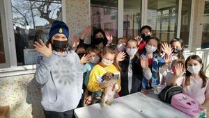 Çocuklar, sokak hayvanları için kolları sıvadı
