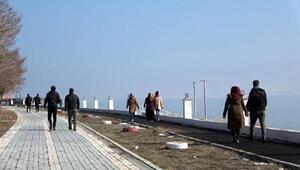 Erciş'te karın ardından bahar havası; güneşi gören dışarı çıktı