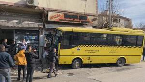 Gaziantepte feci kaza Özel halk otobüsü, taksiyle çarpışıp büfeye daldı: 1 ölü, 9 yaralı