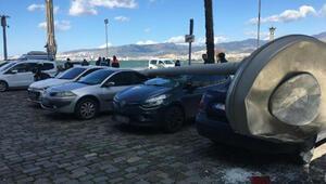 Kuvvetli rüzgar 25 metrelik aydınlatma direğini devirdi; 5 araçta hasar meydana geldi