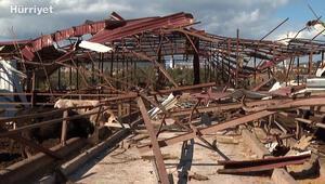 Çeşmeli çoban, hortumda çatısı yıkılan evdeki ailesinin ve hayvanlarının yardımına koştu
