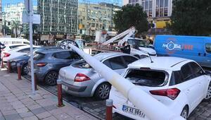 İzmirde fırtına yüzünden aydınlatma direği devrildi 5 araçta hasar var