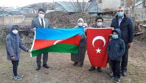 Azerbaycanlı kadının bayrak isteğini kaymakam yerine getirdi