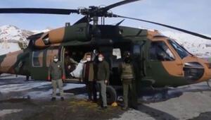 Mehmetçik, dağ keçilerine helikopterden yem attı