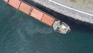Zeytinburnunda karaya oturan gemideki sızıntı nedeniyle denizin rengi değişti