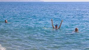 Turistler, Antalyanın dünyaca ünlü sahilinin ve denizin keyfini sürdü