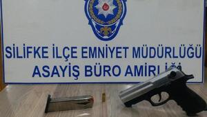 Silifkede tabancayla havaya ateş açan şüpheli gözaltına alındı