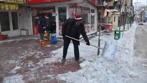 Kar küreme çalışmalarına belediye başkanı da katıldı