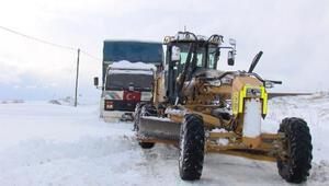 Çatalcada kara saplanan kamyon kar küreme aracına bağlanan halatla kurtarıldı