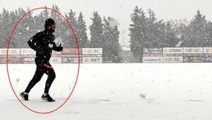 Arda Turan karlı havada tek başına çalıştı Tüm takım izinliyken...