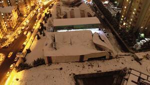 Kar yağışı nedeniyle halı sahanın çatısı çöktü