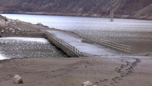 Bingölde baraj gölünde su seviyesi azaldı; köprü gün yüzüne çıktı
