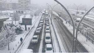 Kocaeli'de kar yağışı ulaşımı olumsuz etkiledi