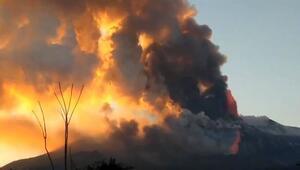 Etna Yanardağı patladı Taş ve kül yağmuru