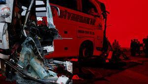 Şanlıurfada yolcu otobüsü TIRa çarptı