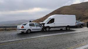 Batmanda otomobil ile minibüs çarpıştı; sürücüler yaralı