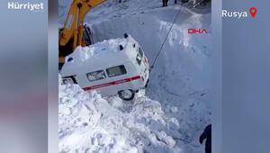 Rusyada hasta almaya giden ambulansın üzerine çığ düştü