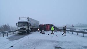 Elazığda TIRlar, buzlanan yolda çarpıştı: 3 yaralı