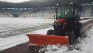 Erzurumdaki Kazım Karabekir Stadında kar temizleme çalışmaları tam gaz