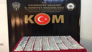 Gaziantepte kovalamaca sonucu yakalanan iki zanlının üst aramasında sahte 10 bin 900 dolar bulundu