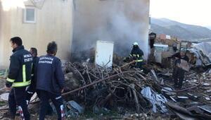 Mahalleli, yangının eve sıçramasını önledi