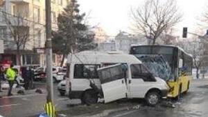 Sancaktepede İETT otobüsüyle minibüs çarpıştı: 7 yaralı